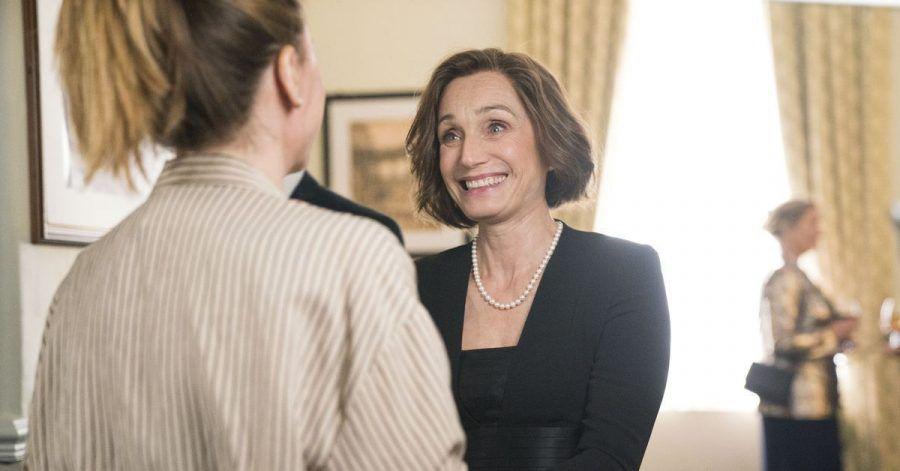 Kate (Kristin Scott Thomas, r) und Lisa (Sharon Horgan)wollen sich die Zeit mit Singen vertreiben.