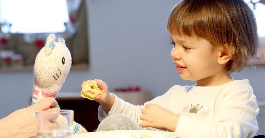 Kuscheltiere sind für kleine Kinder oft wichtige Begleiter.