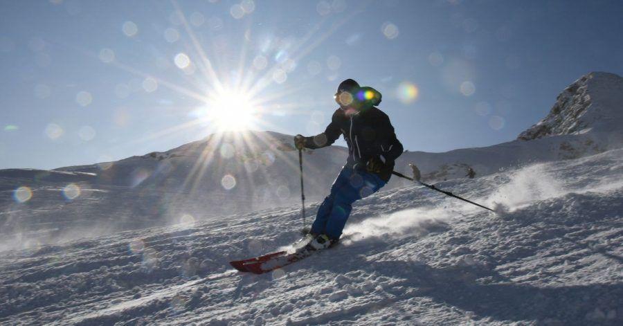 Schon bald dürften auf der Zugspitze wieder zahlreiche Skifahrer unterwegs sein. Doch diesmal gelten für den Wintersportbetrieb strikte Corona-Auflagen.