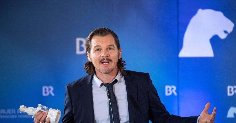 Felix Klare mit seinem Bayerischen Fernsehpreis, den er als bester Darsteller für das ARD-Drama «Weil Du mir gehörst» bekam.
