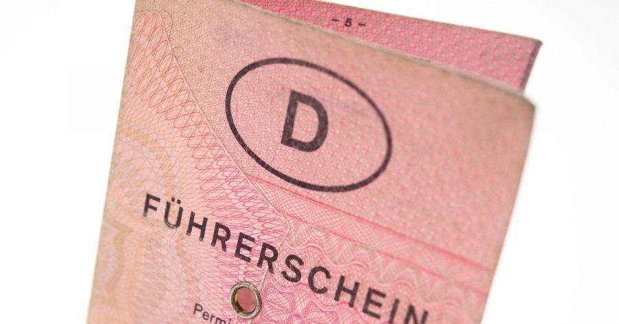 Alter Führerschein - ohne Fahrpraxis? Dann ist eventuell eine neue Fahrprüfung fällig.