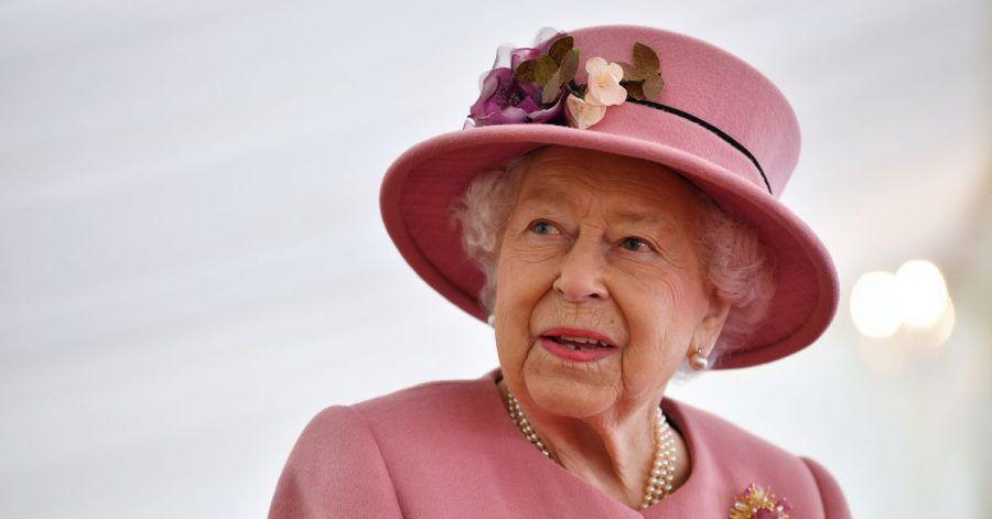 Für ihren ersten öffentlichen Auftritt seit Ausbruch der Corona-Pandemie wählte Königin Elisabeth II. von Großbritannien ein Outfit in dezentem Roas.