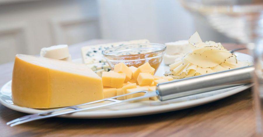 Bei Käsesorten mit einem Paraffin- oder Wachs-Überzug muss die Rinde abgeschnitten werden, bei Blauschimmelkäse dagegen nicht.
