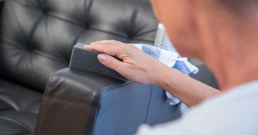 Glatte Lederoberflächen sollte man trocken oder leicht feucht reinigen. Ein spezielles Pflegemittel verleiht den Möbeln anschließend neuen Glanz.