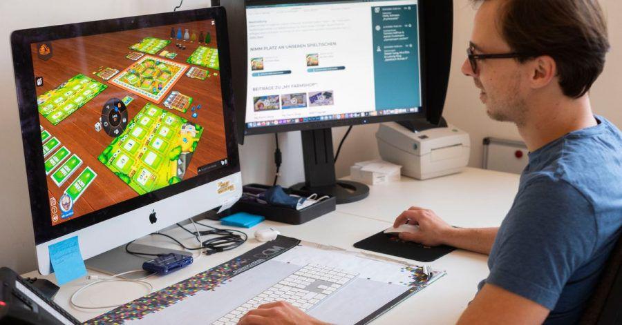 Maximilian Metzler, Mitarbeiter des Spiele Verlages Merz, spielt am Computer das Spiel «My Farm Shop».
