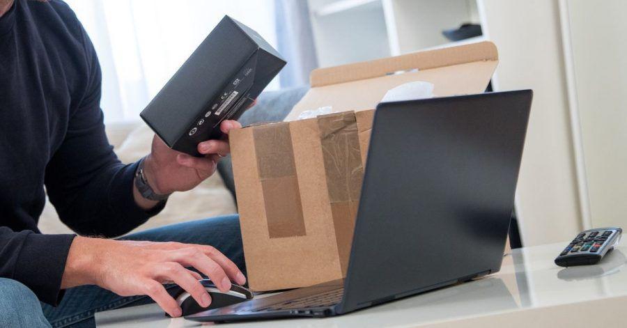 Wer online gekaufte Sachen wieder zurückschicken will, muss sich an den Händler wenden. Sitzt der weit entfernt im Ausland, kann das teuer werden.