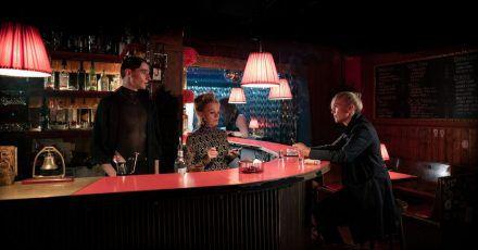Helen Dorn (Anna Loos, r) informiert Lola/Luis (Sebastian Schneider, l) und Marlene (Jessica Kosmalla) über Ron Fabers Tod.