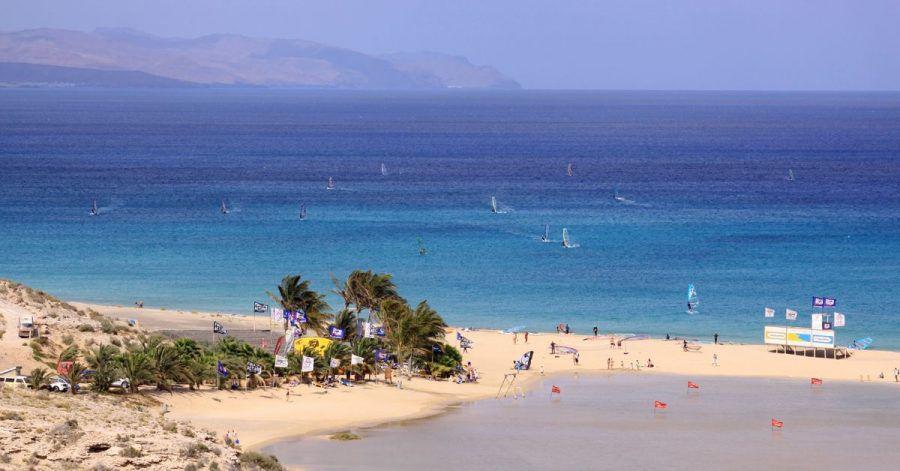 Fuerteventura hat schöne Strände - und viel Wind. Daher kommen auch Windsurfer gerne.