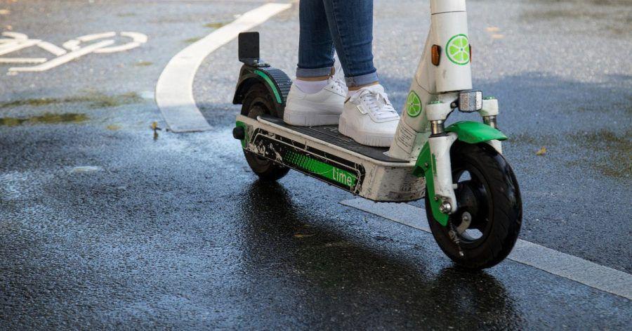 Mit viel Gefühl und gedrosseltem Tempo: E-Scooter fährt man im rutschigen Herbst besser noch vorausschauender als sonst.