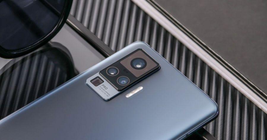 Ganz oben sitzt beim Vivo X51 5G die Hauptkamera, ganz unten die Periskop-Telekamera mit Fünffach-Zoom.
