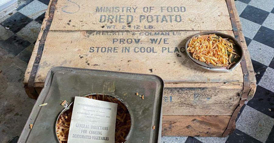 Kistenweise Dosen mit getrockneten Kartoffeln aus dem Zweiten Weltkrieg.