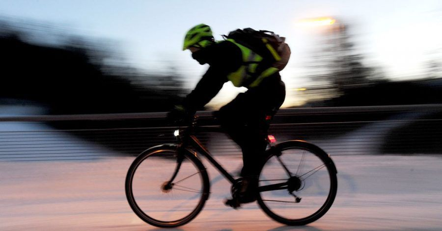 Mit Licht, guten Bremsen und Winterreifen: So geht sicheres Radeln in der kalten Jahreszeit - aufpassen muss man trotzdem.