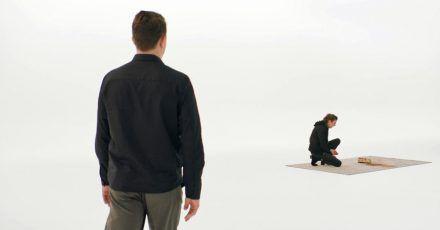 Linus (Friedrich Mücke) will Luca (Laura de Boer) im virtuellen Raum treffen.
