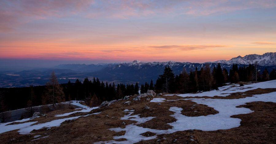Alpenglühen: Blick vom Dobratsch auf die Karawanken.