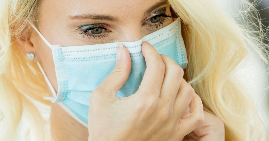 Die Haut im Gesicht ist durch das häufige Tragen eines Mund-Nasen-Schutzes derzeit besonders stark beansprucht. Nun kommt es auf die richtige Pflege an.