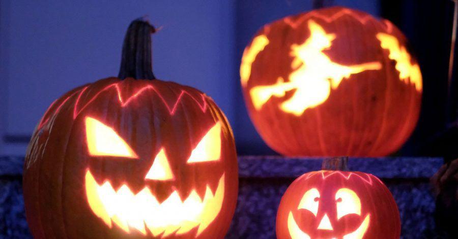 Geschnitzte Halloween-Kürbisse stehen vor einem Haus. Ärzte warnen davor, von Tür zu Tür zu gehen und nach Süßigkeiten zu fragen.