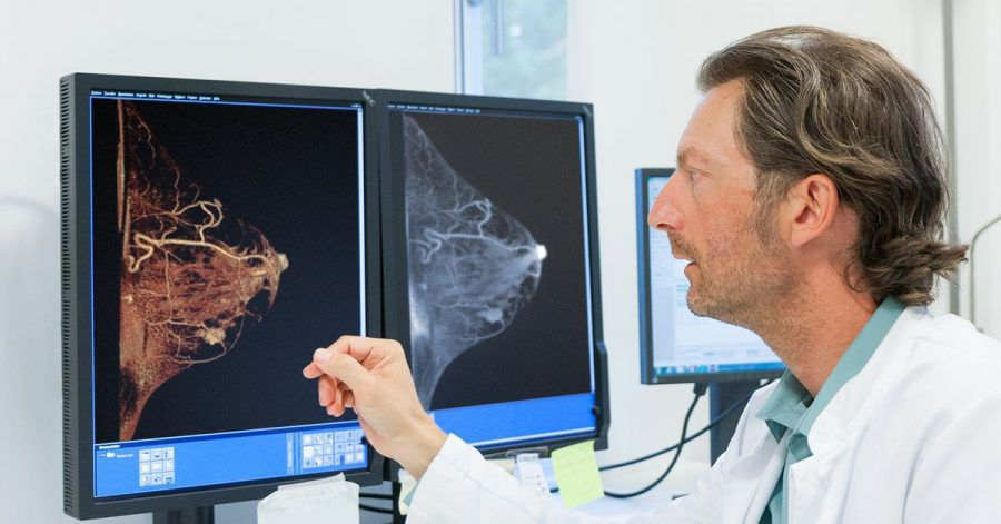 Der Radiologe Karsten Ridder schaut sich die Bilder eines Mamma-CT zur Früherkennung von Brustkrebs an.
