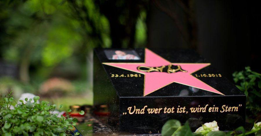 Auf dem Melaten-Friedhof in Köln befindet sich auch das Grab des Komikers Dirk Bach.