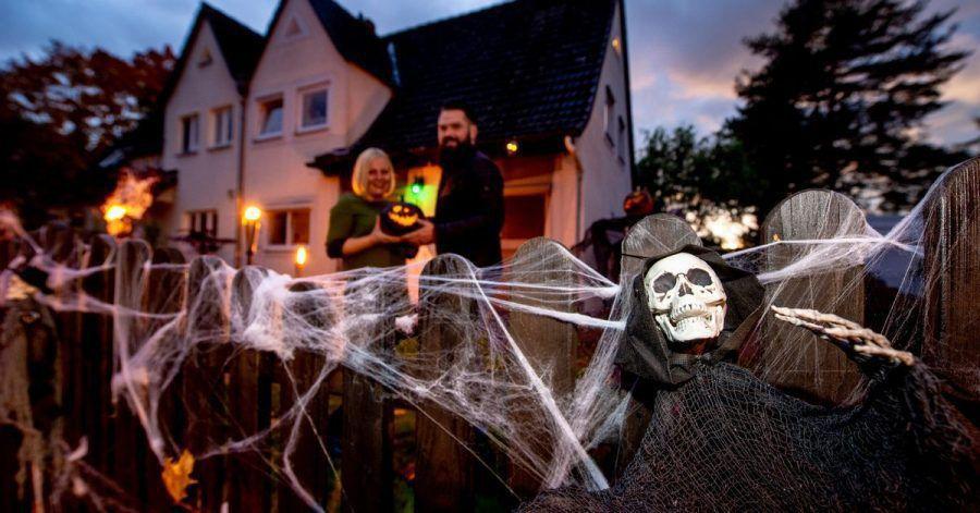 Einfach zum Gruseln: Wer am Haus von Marleen Salewski und Julian Witte entlang kommt, muss sich an Skeletten und Spinnweben vorbeitrauen.