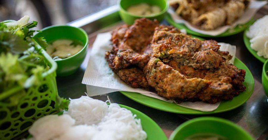 Cha Ruoi: Das Wurm-Omelett wird meist mit Reisnudeln, einer süßsauren Fischsauce und einem Glas Eistee serviert.