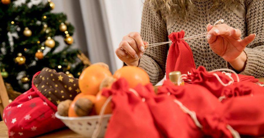 Den Adventskalender können Eltern auch mit nachhaltigen Geschenkideen füllen.