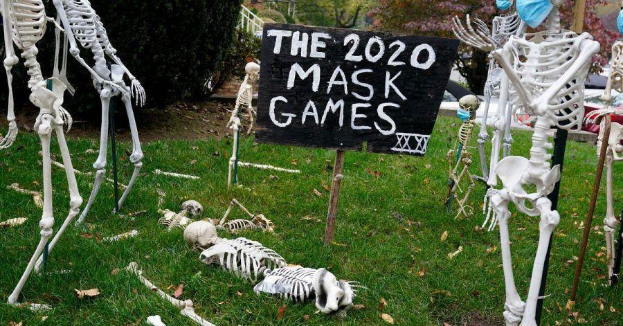 Halloween-Dekoration zum Thema Coronavirus auf einem Rasen im Bundesstaat New Jersey.