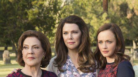"""Emily (Kelly Bishop, v.l.), Lorelai (Lauren Graham) und Rory (Alexis Bledel) in """"Gilmore Girls: Ein neues Jahr"""". (cam/spot)"""