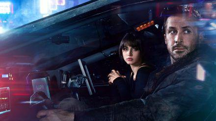 Blade Runner K (Ryan Gosling) und seine Hologramm-Frau (Ana de Armas) haben eine unglaubliche Entdeckung gemacht (stk/spot)