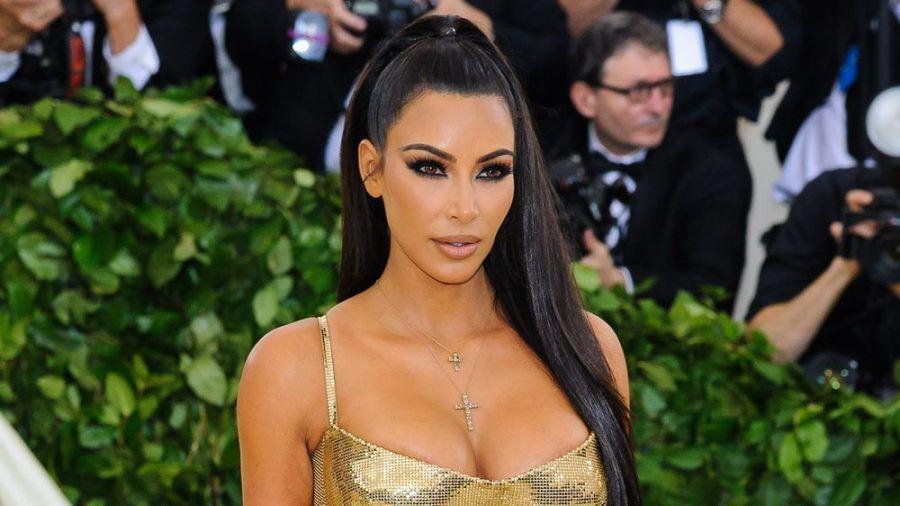 Mit diesem goldenen Kleid zog Kim Kardashian bei der Met-Gala 2018 die Blicke auf sich (jru/spot)