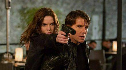 Ilsa Faust (Rebecca Ferguson) und Ethan Hunt (Tom Cruise) müssen sich den Weg freischießen. (stk/spot)