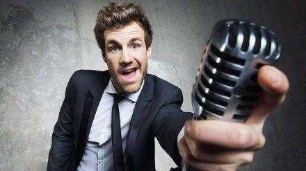 """Luke Mockridge eröffnete den """"Deutschen Comedypreis 2020"""" mit einer unterhaltsamen Bühnenshow. (cos/spot)"""