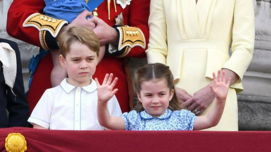 Prinz George (l.), Prinzessin Charlotte und Prinz Louis mit ihren Eltern Prinz William und Herzogin Kate. (amw/spot)