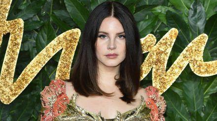 Lana Del Rey wird für eine netzartige Maske in den sozialen Medien kritisiert. (jom/spot)