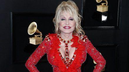Dolly Parton auf dem roten Teppich 2019 (mia/spot)