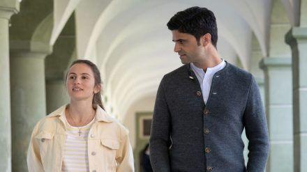 """Tonio & Julia - Dem Himmel so nah"": Tonio Niederegger (Maximilian Grill) spürt, dass sich Luise Laibinger (Alina Abgarjan) im Kloster wohl fühlt (cg/spot)"