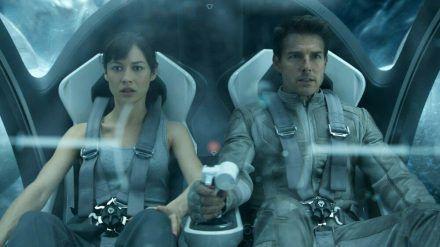 """""""Oblivion"""": Julia (Olga Kurylenko) und Jack (Tom Cruise) fliehen vor Plünderern. (cg/spot)"""