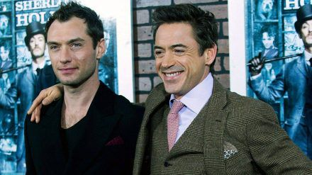 """Jude Law (li.) und Robert Downey Jr. bei der """"Sherlock Holmes""""-Premiere im Jahr 2009 (jom/spot)"""