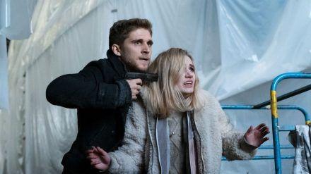 """""""Solo für Weiss: Schlaflos"""": Jesper Alm (Anastasios Soulis) nimmt Marie von Wenzel (Leonie Wesselow) plötzlich als Geisel, als die Polizei in das Bootshaus stürmt (cg/spot)"""