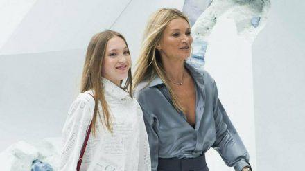 Lila Grace (l.) und ihre Mutter Kate Moss bei einem gemeinsamen Auftritt in Paris 2019. (cos/spot)