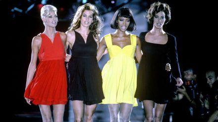 Linda Evangelista, Cindy Crawford, Naomi Campbell und Christy Turlington (v.l.) auf dem Laufsteg im Jahr 1991 (wue/spot)