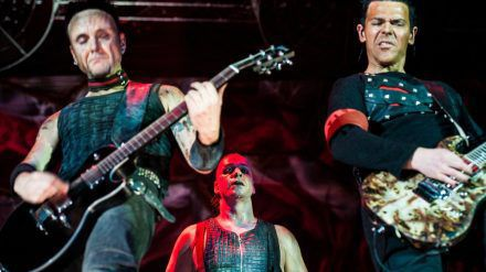 Rammstein auf der Bühne in Moskau (mia/spot)