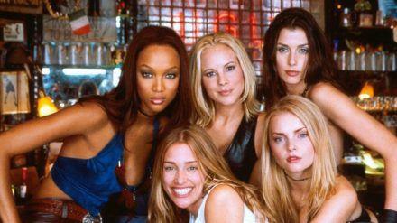 "Tyra Banks mit Piper Perabo, Maria Bello, Izabella Miko und Bridget Moynahan (v.l.) in ""Coyote Ugly"" (wue/spot)"