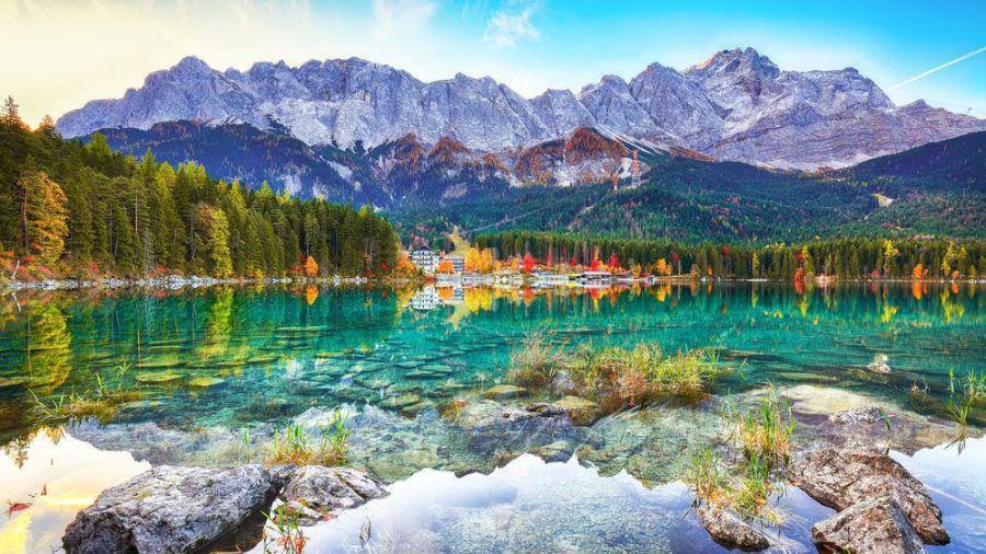 Der Eibsee im Wettersteingebirge ist besonders im Herbst einen Abstecher wert. (kms/spot)