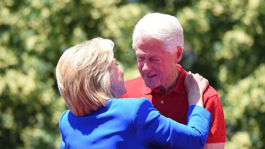 Hillary Clinton gratuliert ihrem Mann Bill Clinton öffentlich zum Hochzeitstag (ili/spot)