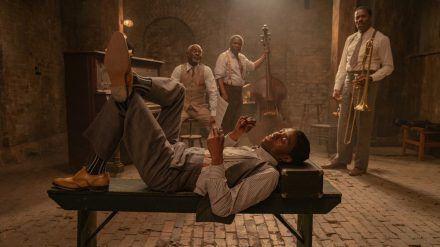 """Ma Rainey's Black Bottom"": Chadwick Boseman (vorne) als Levee, Glynn Turman (v.l.n.r.) als Toldeo, Michael Potts als Slow Drag, Colman Domingo als Cutler. (hub/spot)"