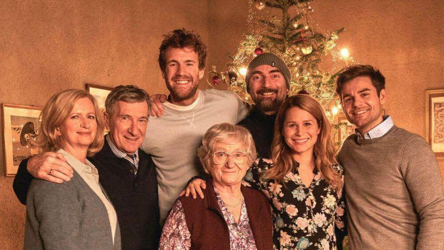 """Luke Mockridge (3.v.l.) feiert in """"ÜberWeihnachten"""" sein Debüt als Schauspieler in einer fiktionalen Serie. (cam/spot)"""