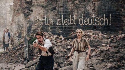 """""""Schatten der Mörder - Shadowplay"""": Max McLaughlin (Taylor Kitsch) kämpft an der Seite seiner Kollegin Elsie Garten (Nina Hoss) für Recht und Ordnung in den Straßen Berlins. (cg/spot)"""