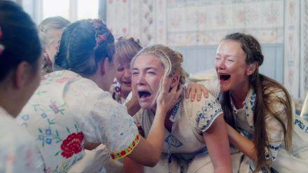 """Horror kann auch hell: Das bewies Florence Pugh (Mitte) im vergangenen Jahr im Film """"Midsommar"""" von Ari Aster. (stk/cam/spot)"""