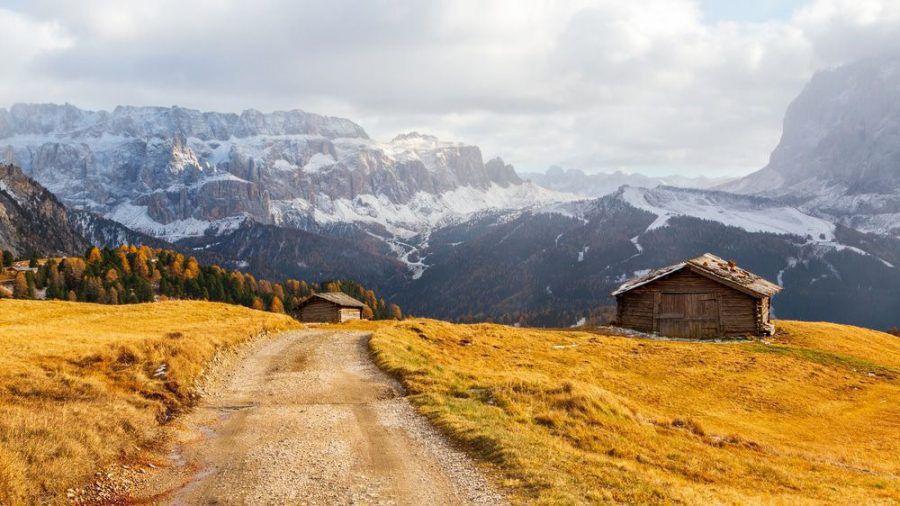 Bergwiese und Häuser im Grödnertal in der Provinz Bozen - Südtirol in den Dolomiten. (ili/spot)