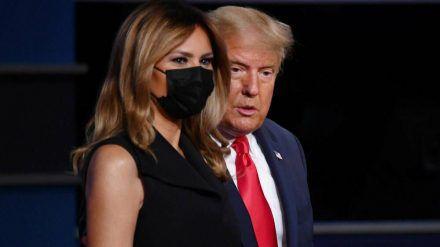 Melania und Donald Trump auf der Bühne bei der TV-Debatte (jom/spot)